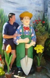 Gardener Male with Spade Life-size (JR 1509) - Thumbnail 01