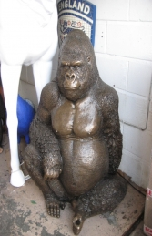 Gorilla sitting in Bronze (JR 090009b)